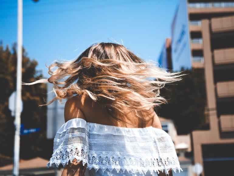 ¿Cómo potenciar el brillo natural de tu cabello? ¡Te contamos el secreto!